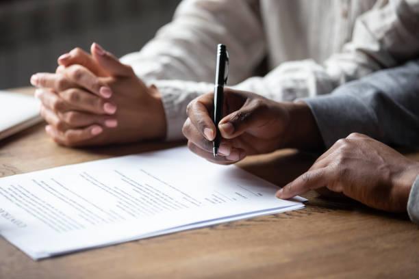 Nahaufnahme von multirassischen Paar Unterzeichnung Vertrag mit Makler – Foto