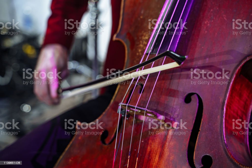 Closeup De Instrumento Musical Cello Manos De Hombres