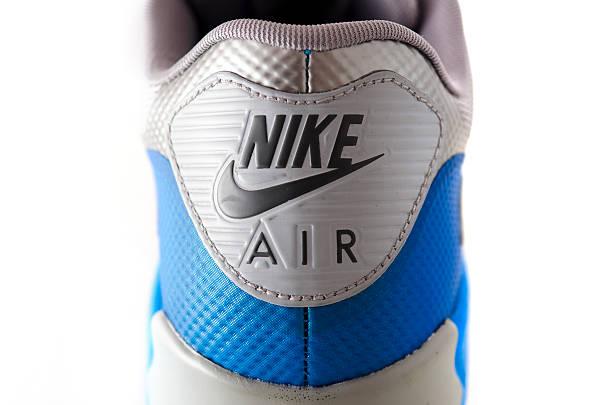 nahaufnahme von nike air-logo-schuh - nike sneaker weiß stock-fotos und bilder