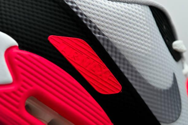 nahaufnahme von nike air max. auf trainer - nike sneaker weiß stock-fotos und bilder