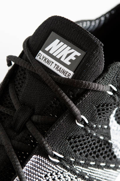nahaufnahme von nike-logo auf flyknit trainer - nike sneaker weiß stock-fotos und bilder