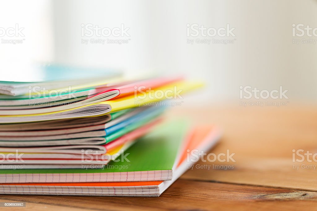 Nahaufnahme einer notizbücher auf einem Holztisch - Lizenzfrei Bildung Stock-Foto