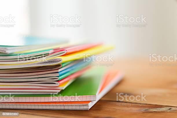 Nahaufnahme Einer Notizbücher Auf Einem Holztisch Stockfoto und mehr Bilder von Bildung