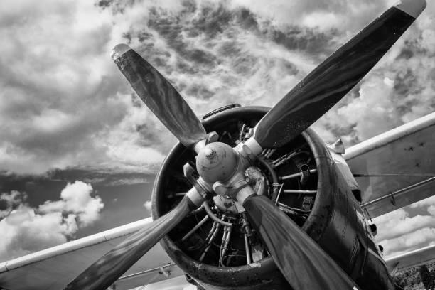 Vue rapprochée de l'ancien avion en noir et blanc - Photo