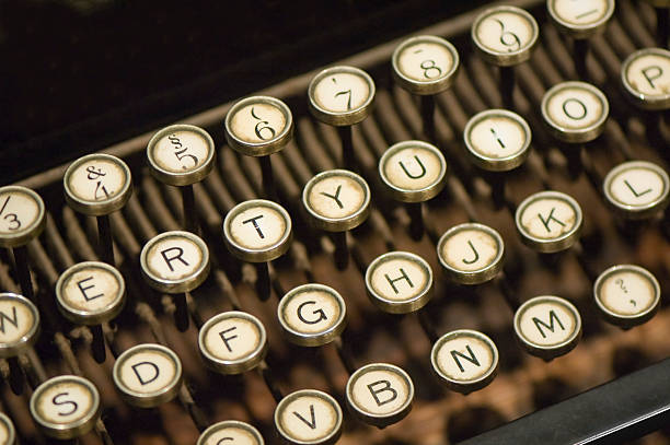 nahaufnahme des alten schreibmaschine - drehbuchautor stock-fotos und bilder