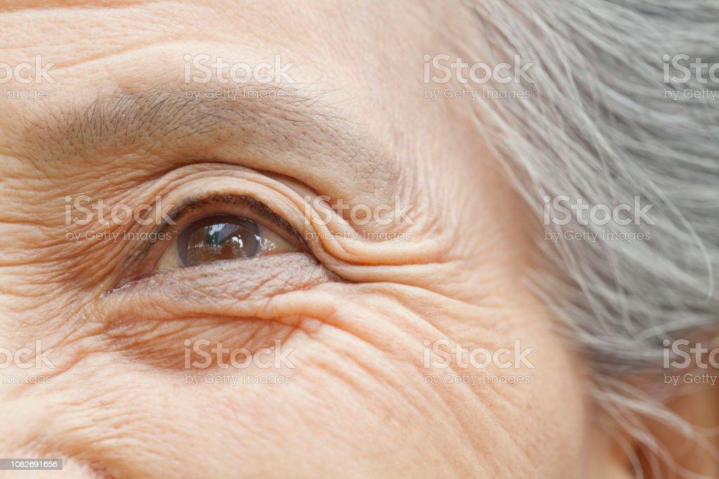 Nahaufnahme eines älteren Chinesin Auge – Foto