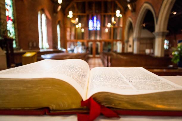 성공회의 제단에 오픈 성경의 클로즈업 - 교회 뉴스 사진 이미지