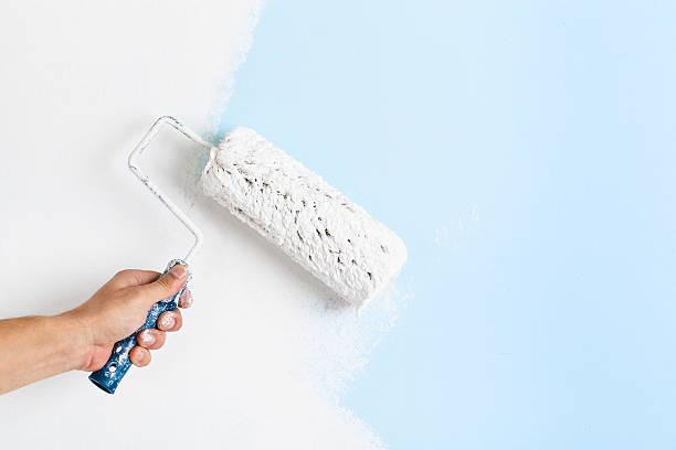 Nahaufnahme des Malers Hand Gemälde der Wand – Foto