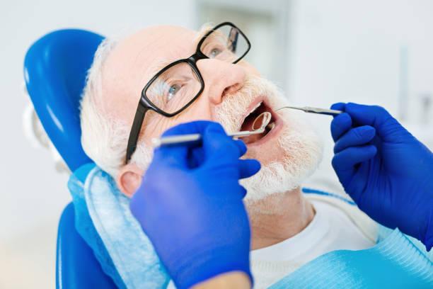 nahaufnahme von patienten mit zahnärztlichen sitzung - zahnarztausrüstung stock-fotos und bilder