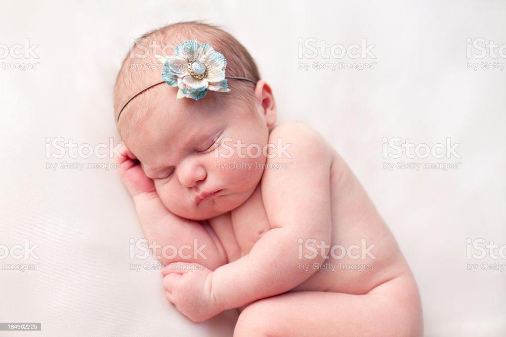 Primo Piano Di Una Tranquillo Neonato Femmina Su Sfondo Bianco