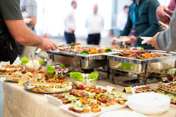 Cerca de personas que se sirven con canapés en buffet de restaurante. - foto de stock