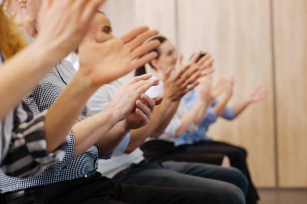 Close-up das mãos de povos aplaudindo - foto de acervo