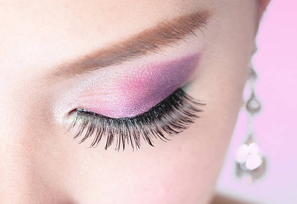 nahaufnahme von einem rosa und lila lidschatten - lila augen make up stock-fotos und bilder
