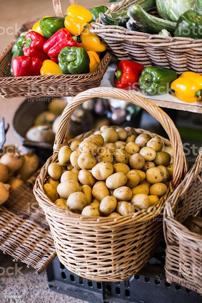 Nahaufnahme von Kartoffeln in einem Korb mit Paprikaschoten. – Foto