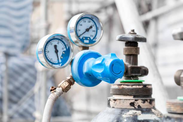강철 산업 및 금속 작업 건설을위한 용접 장비 아세틸렌 가스 실린더의 밸브와 산소 탱크에 압력 게이지의 닫습니다. 스톡 사진