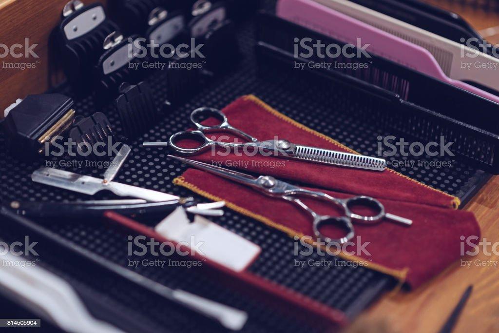 Cerca de los instrumentos de peluquería profesional - foto de stock