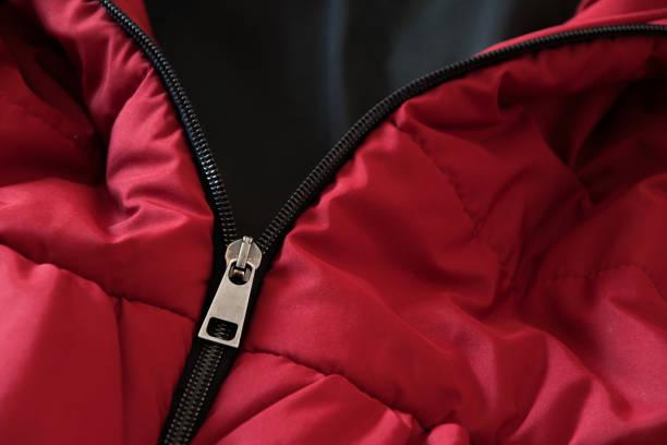 關閉紅色羽絨服, 冬季時裝套裝 - 冬天大衣 個照片及圖片檔