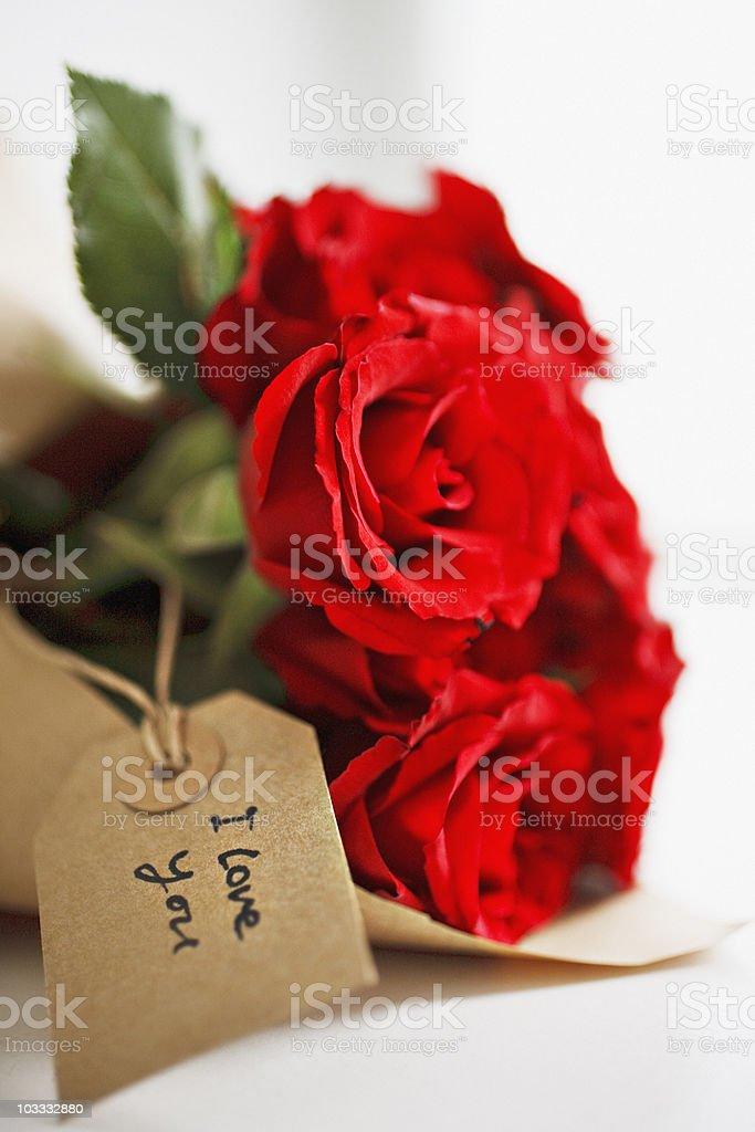 Foto De Detalhe De Rosas Vermelhas Com Etiqueta De Presente E Mais