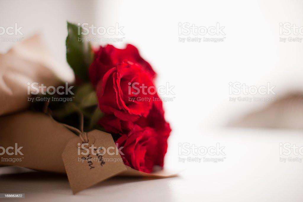 Gros plan de roses rouges avec Étiquette à cadeau - Photo