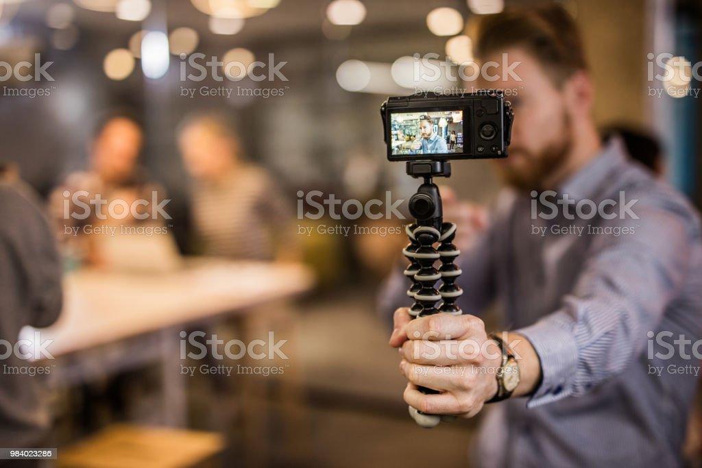 Close up of redhead man making reportage by vlogging. - Zbiór zdjęć royalty-free (Aparat cyfrowy)