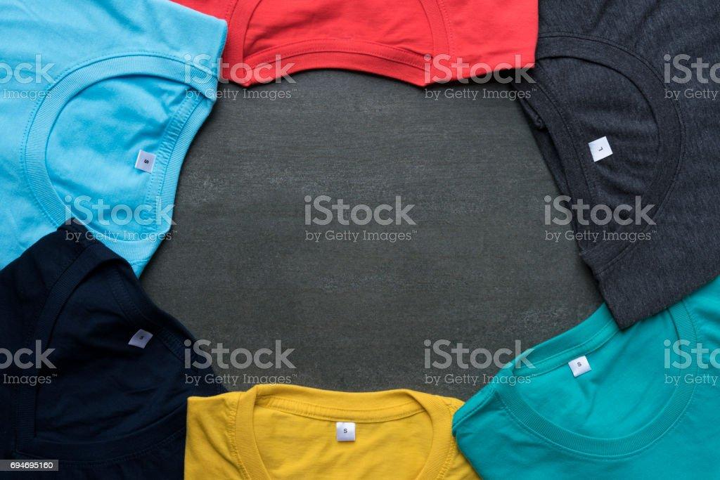 Nahaufnahme von gewalzten bunte Kleidung auf schwarzem Hintergrund – Foto