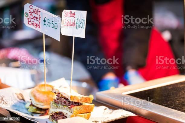 Närbild På Salt Nötkött Senap Smörgåsar Och Bagels Med Kocken I Bakgrunden-foton och fler bilder på Bagel