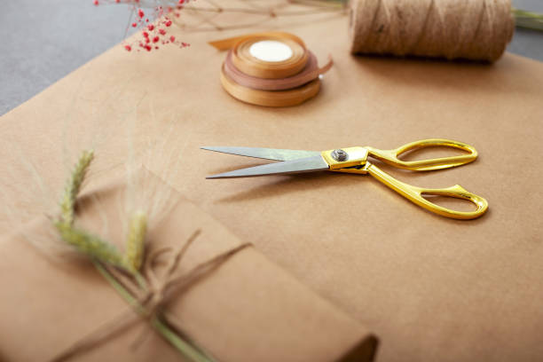 nahaufnahme von scheren auf dem tisch liegen - besondere geschenke stock-fotos und bilder