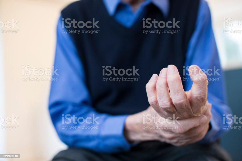 Close Up Portrait Of Senior Man Zuhause leiden mit Arthritis – Foto