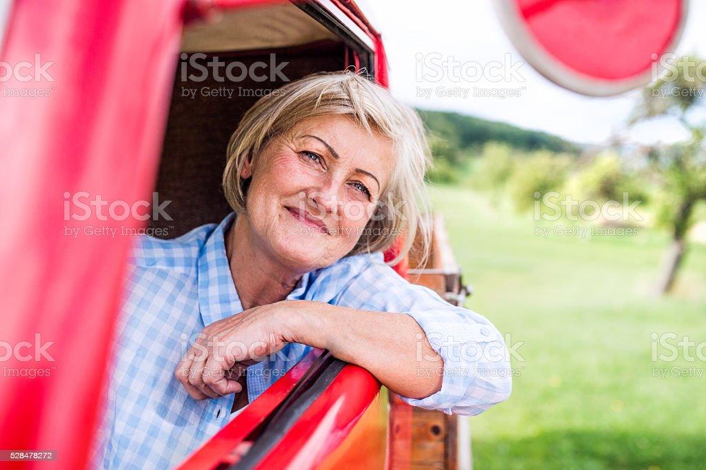 Nahaufnahme von Senior Frau in Retro Abholung – Foto