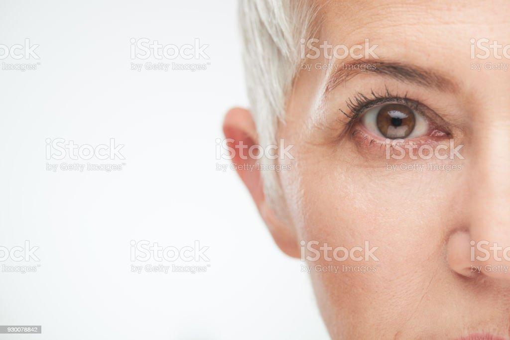 Cerca del ojo de la mujer mayor. - foto de stock