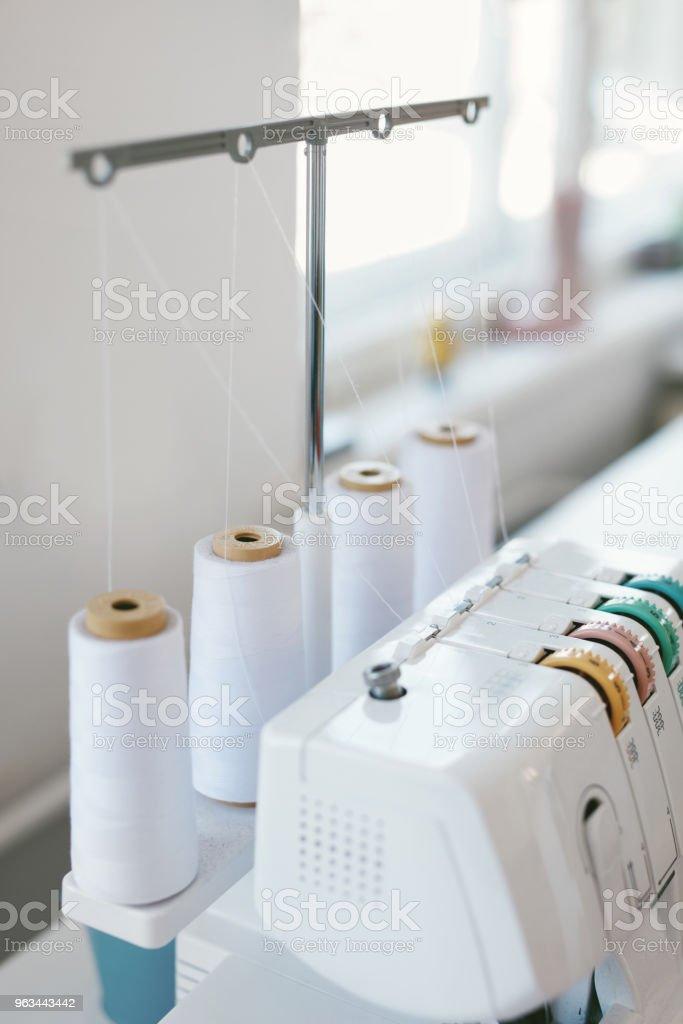 Gros plan de la surjeteuse ou couture surjeteuse - Photo de Coudre libre de droits
