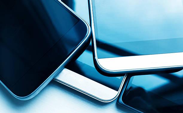 Close-up de vários novos smartphones em uma pilha - foto de acervo