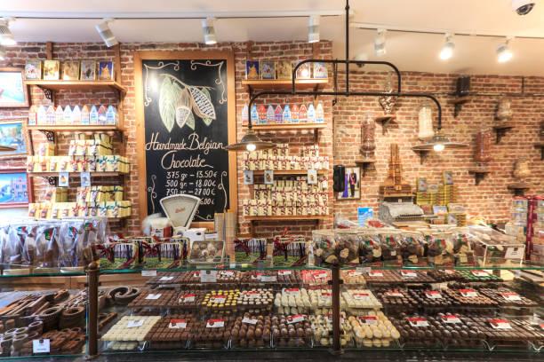 Cerca de varios dulces de chocolate en una tienda de Brujas - foto de stock