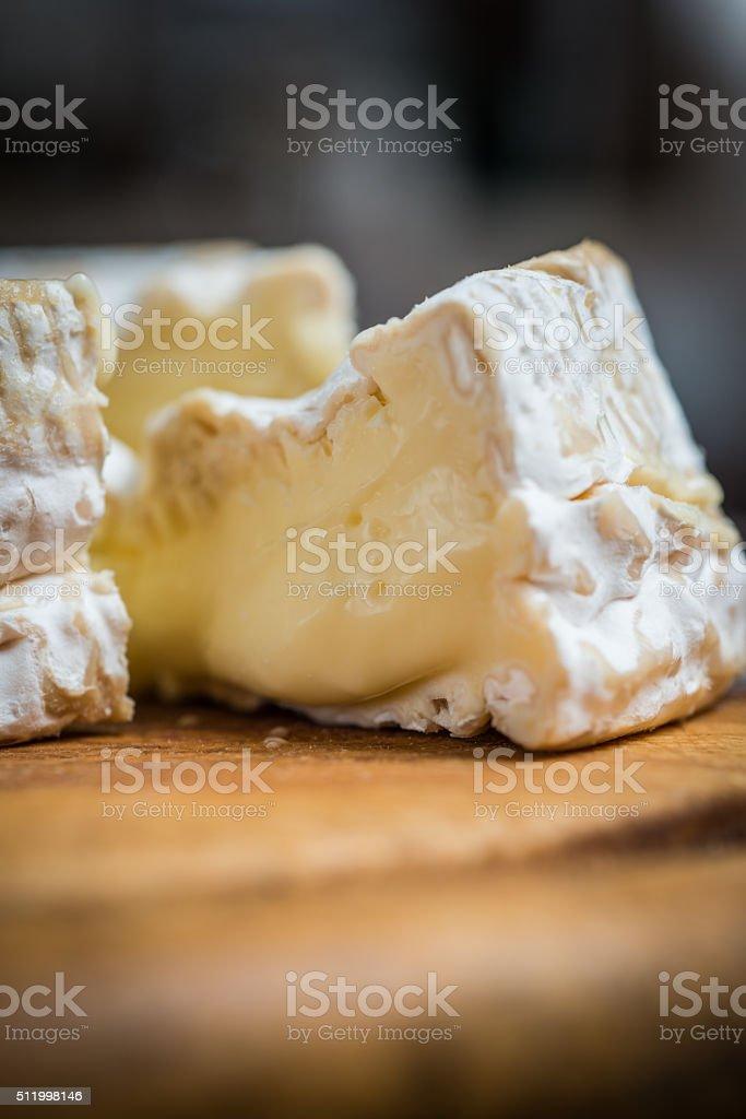 Gros plan de morceau de fromage camembert - Photo