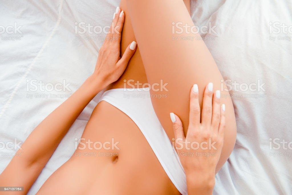 ベッドに横になっている白い引き出しのスリム フィット女性のクローズ アップ ストックフォト