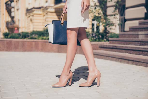 close-up de magro pernas de mulher usando sapatos de salto alto - pé humano - fotografias e filmes do acervo