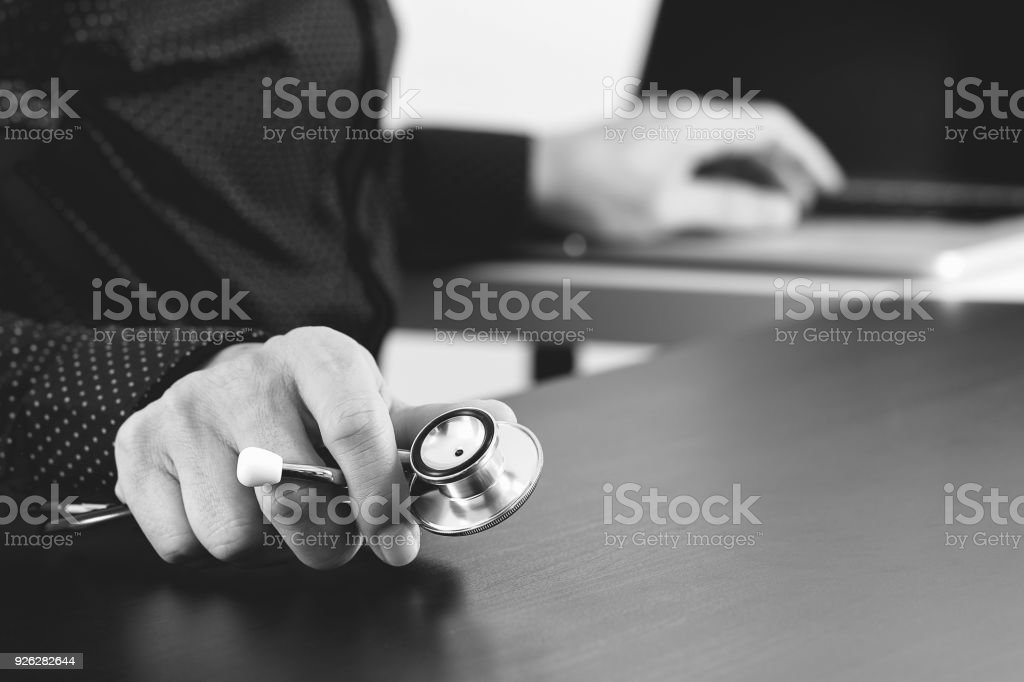 Gros plan de smart médecin travaillant avec stéthoscope et