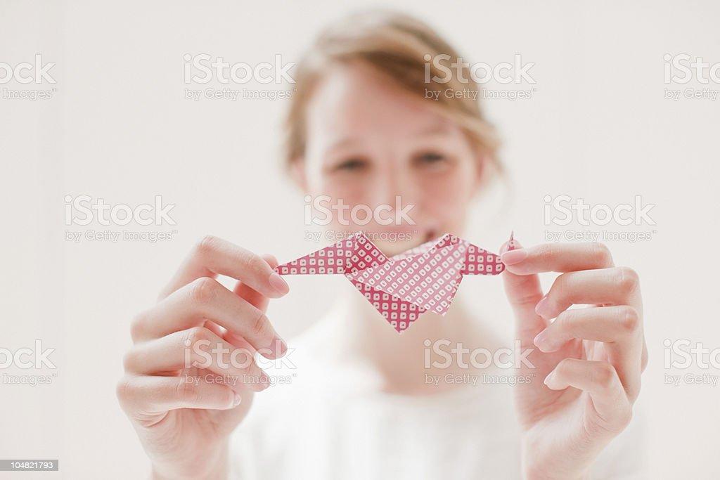 Nahaufnahme von lächelnden Frau holding origami Lizenzfreies stock-foto