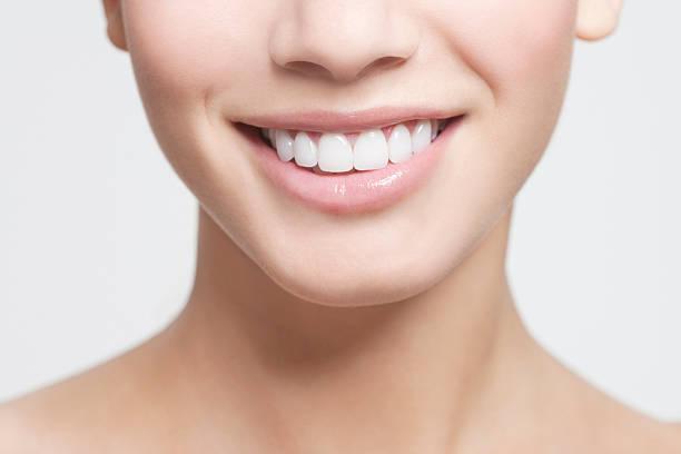 gros plan de la bouche de femme souriante - sourire à pleines dents photos et images de collection