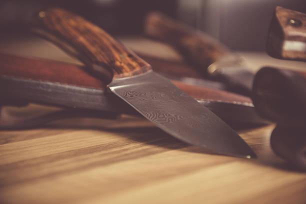 nahaufnahme von stahl jagdmesser. - damaststahl stock-fotos und bilder