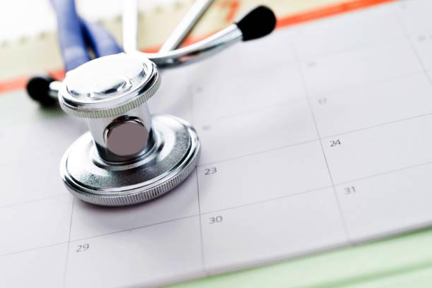 nahaufnahme einer stethoskop auf kalender - chinesischer kalender stock-fotos und bilder