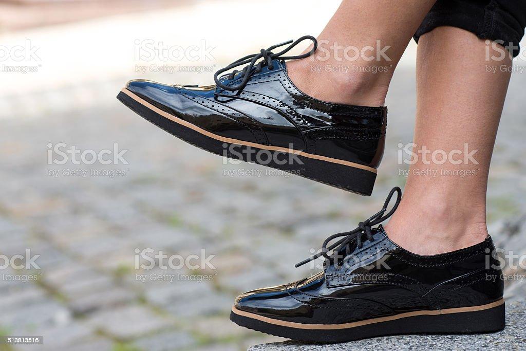 90fa8050 Acercamiento del elegante Zapatos de mujer. Calzado de publicidad al aire  libre foto de stock