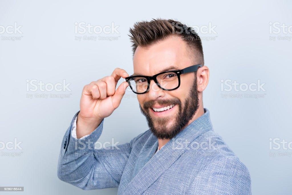 4966c56c2d31f7 Close up van succesvolle jonge knappe brunet bebaarde zakenman in formele  outfit en zwarte bril op