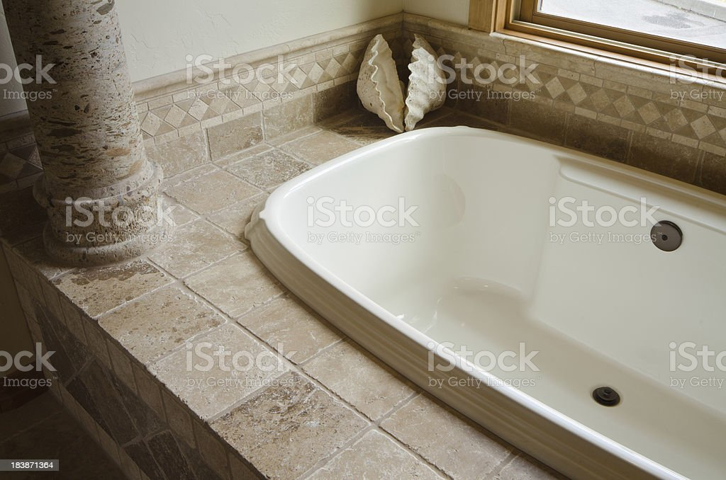 Eingelassene Badewanne nahaufnahme der in den boden eingelassene badewanne mit kachelmuster