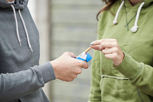 Primer plano de niña adolescente niño con cigarrillo - foto de stock