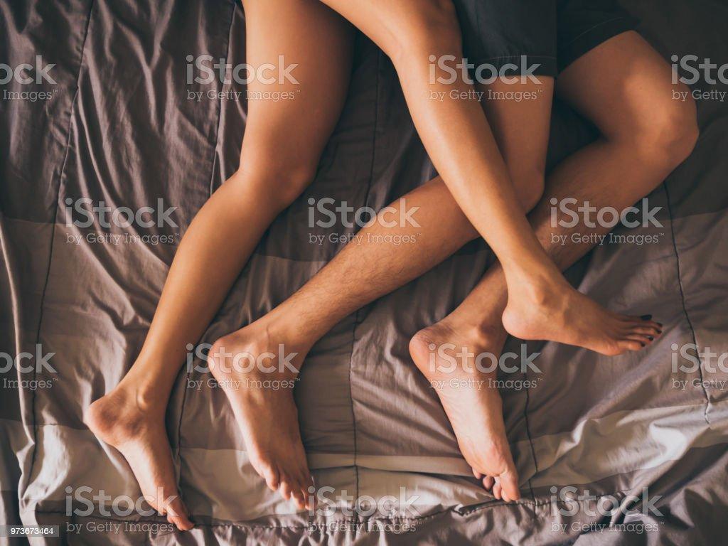 ベッドの上のカップルの足のクローズ アップ。 ロイヤリティフリーストックフォト