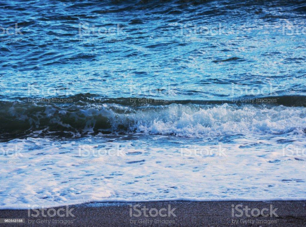 close-up da água do mar que afectam a areia da praia, ondas do mar flui calmamente areia, relaxante vista - Foto de stock de Areia royalty-free
