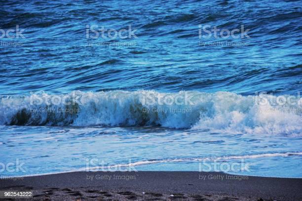Foto de Closeup Da Água Do Mar Que Afectam A Areia Da Praia Ondas Do Mar Flui Calmamente Areia Relaxante Vista e mais fotos de stock de Areia