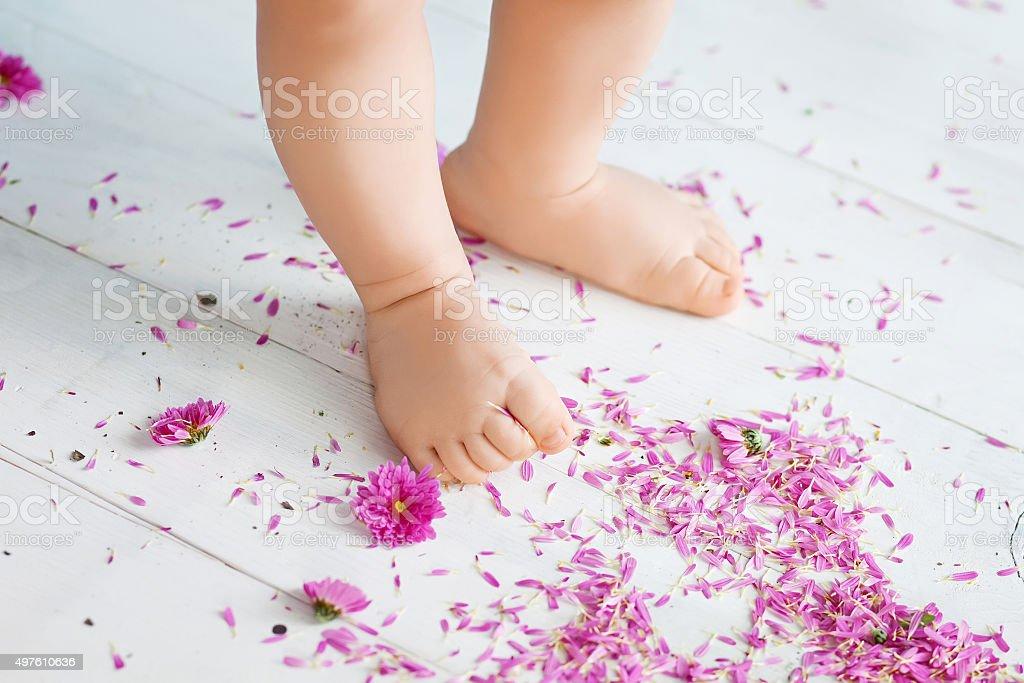 Close-up de um pequeno pernas dando os primeiros passos - foto de acervo