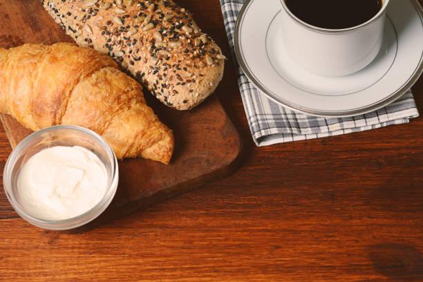 토스트, 커피와 치즈 크림의 클로즈업 - 커피 마실 것 뉴스 사진 이미지